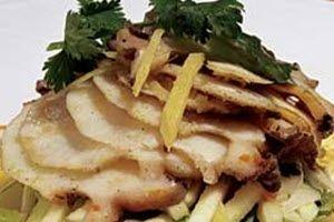 Abalones (o vieiras) en lecho de lechuga