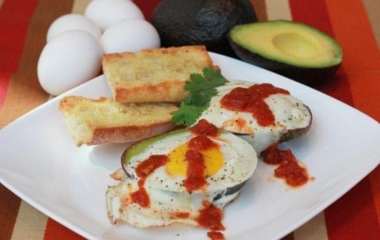 Aguacates con huevo