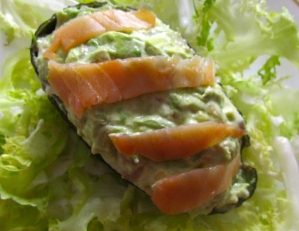Aguacates rellenos de salmón