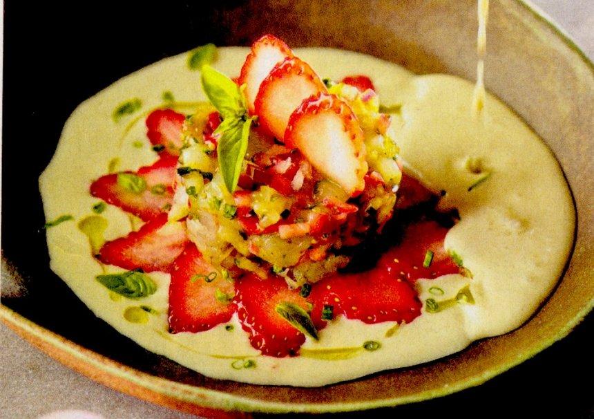 Ajoblanco con tártar de gamba roja y fresas