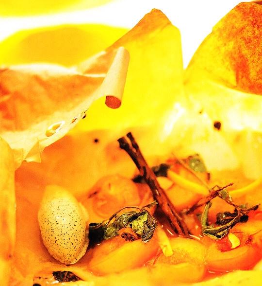 Albaricoques en papillote con helado de vainilla
