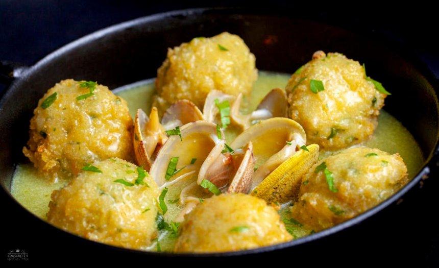 Albóndigas de pescado con almejas en salsa verde