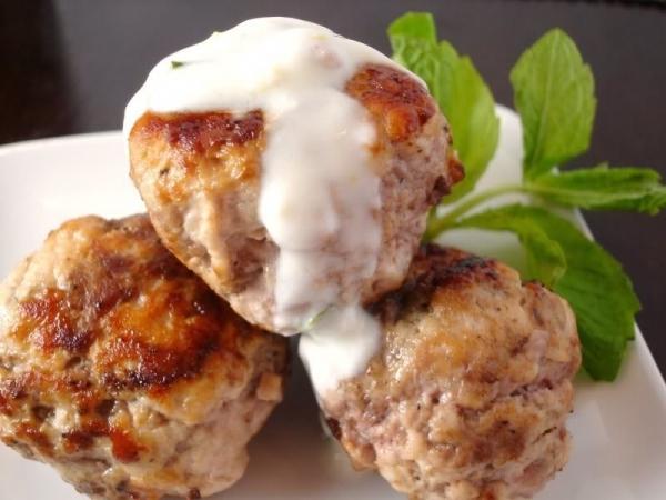 Albóndigas de pollo con salsa de yogur