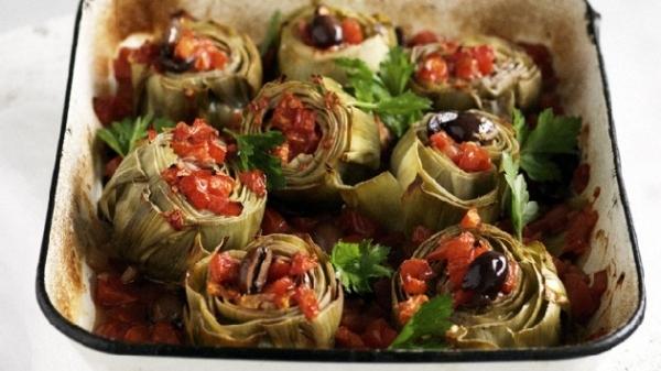 Alcachofas con jamón y tomate