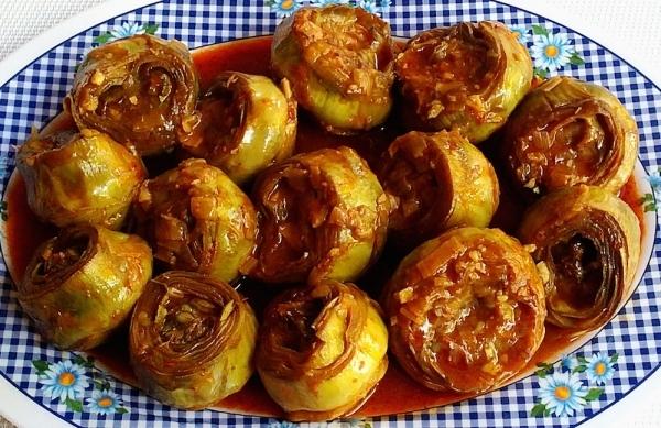 Alcachofas con tomate y cebolla