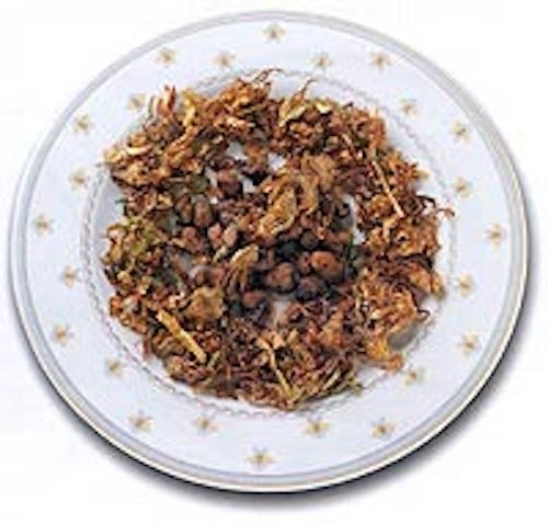 Alcachofas fritas con lechecillas y ajos tiernos