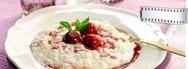 Arroz con leche, almendras y salsa de cerezas