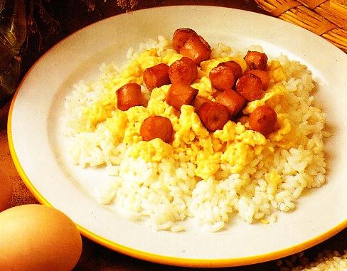 Arroz con salchichas y huevos