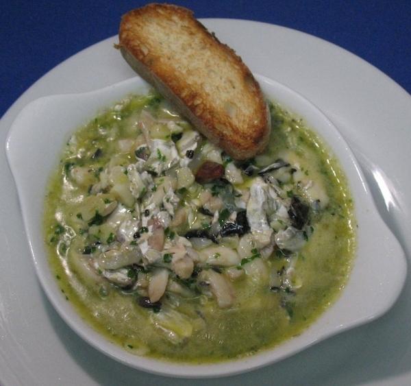 Arroz verde con cocochas de bacalao