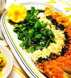 Atún claro con maíz en ensalada de endibias y berros