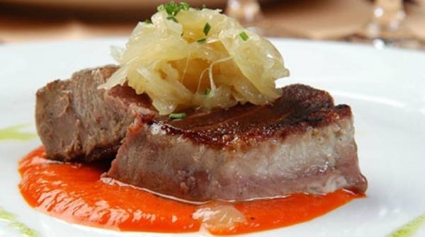 Atún con salsa de pimientos y cebolla confitada