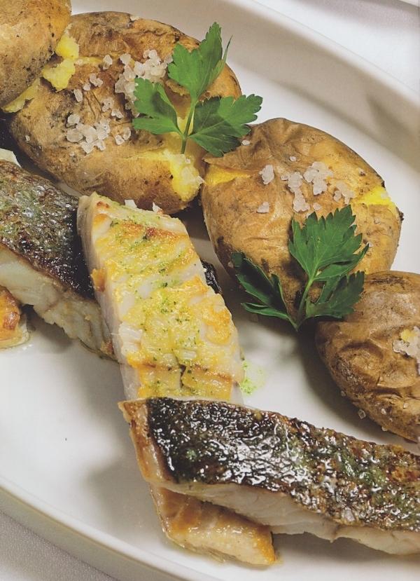 Bacalao asado con patatas al horno
