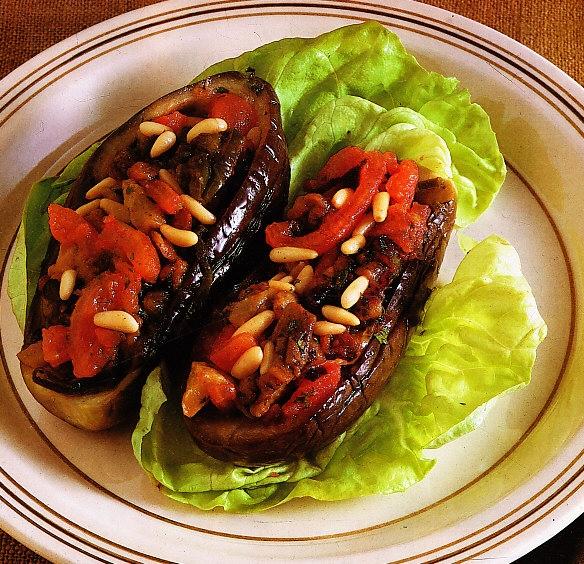 Berenjenas rellenas con tomate y piñones