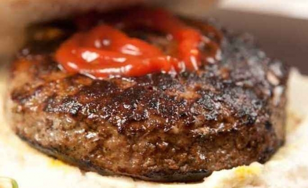 Bistecs de carne picada y arroz