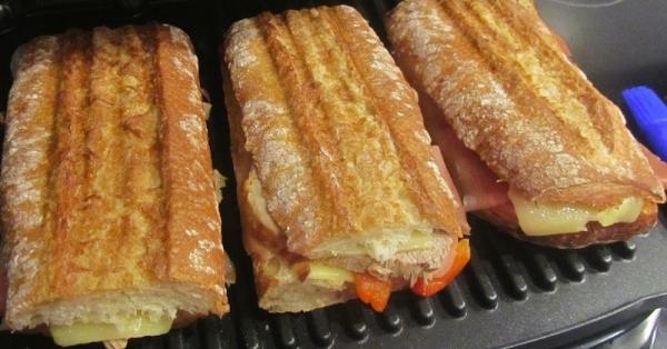 Bocadillo crujiente con surtido de embutidos y queso
