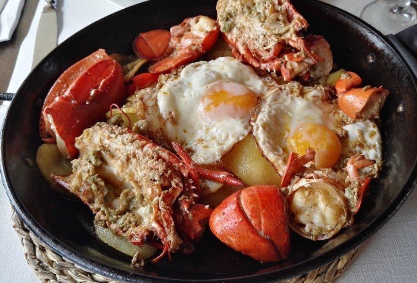 Bogavante con huevos fritos y patatas