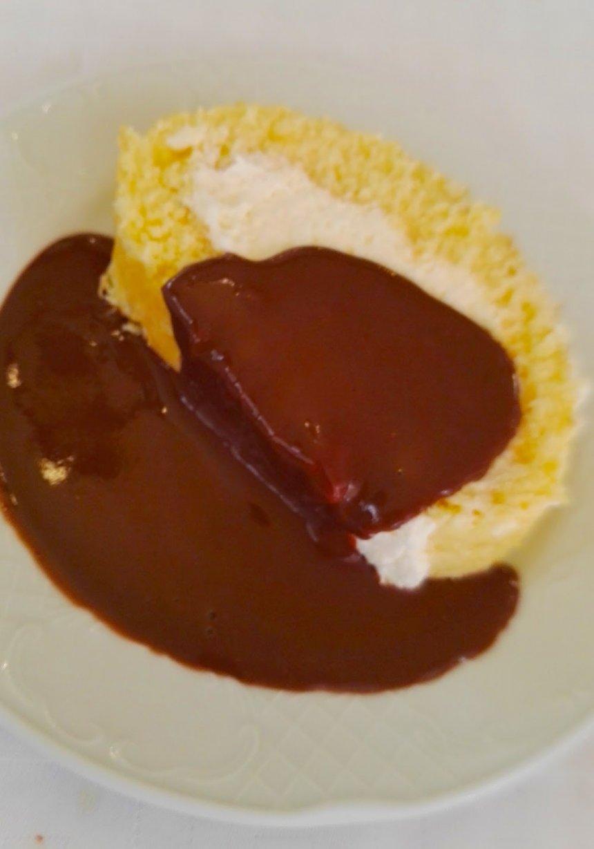 Brazo de gitano de nata con chocolate caliente