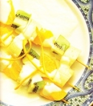 Brochetas de frutas con salsa de yogur