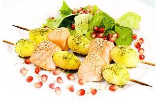Brochetas de salmón con ensalada de granadas