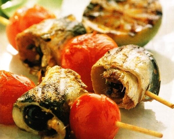 Brochetas de sardinas con aceitunas negras