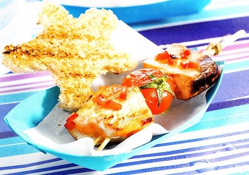 Brochetas de tomates cherry y pescado para niños