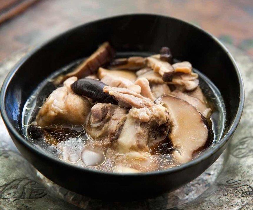 Caldo con pollo y setas