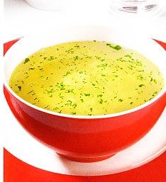 Caldo de pollo con cebolla y huevo