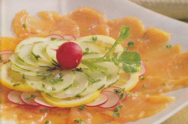 Carpaccio de salmón crudo con pepino y rábanos