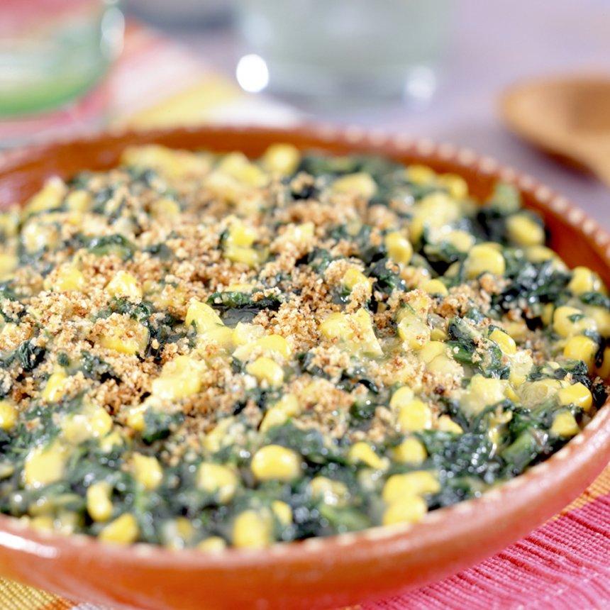 Cazuela de granos de maíz y espinaca