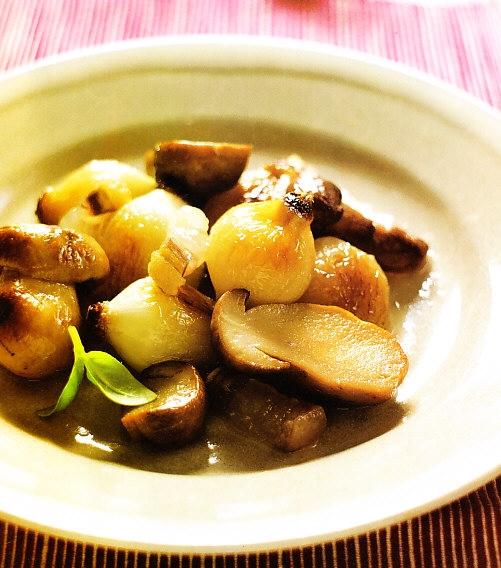 Cebollas glaseadas con setas de calabaza y tocino ibérico