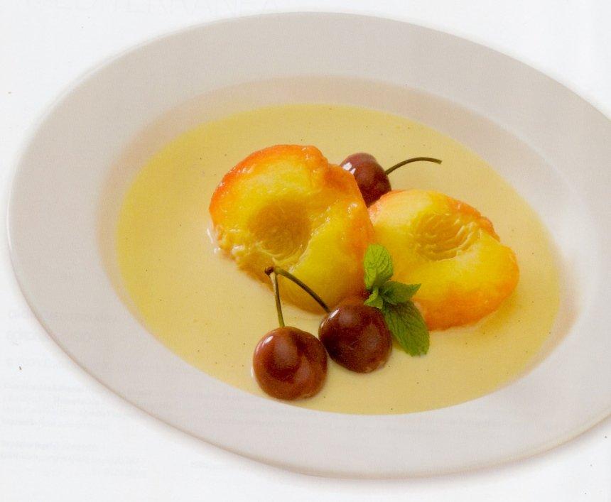 Cerezas y melocotones en almíbar con crema inglesa