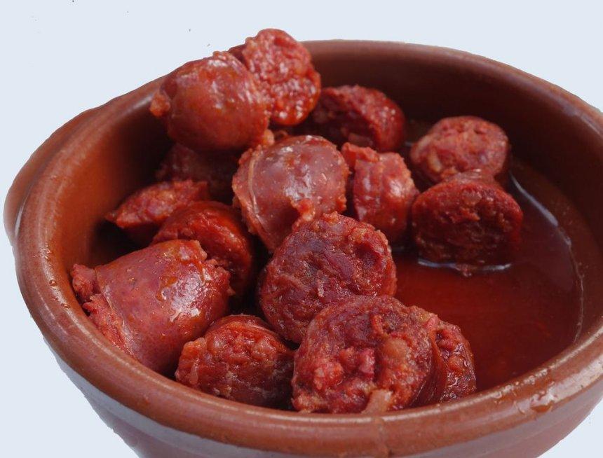 Chorizo escalfado al vino tinto