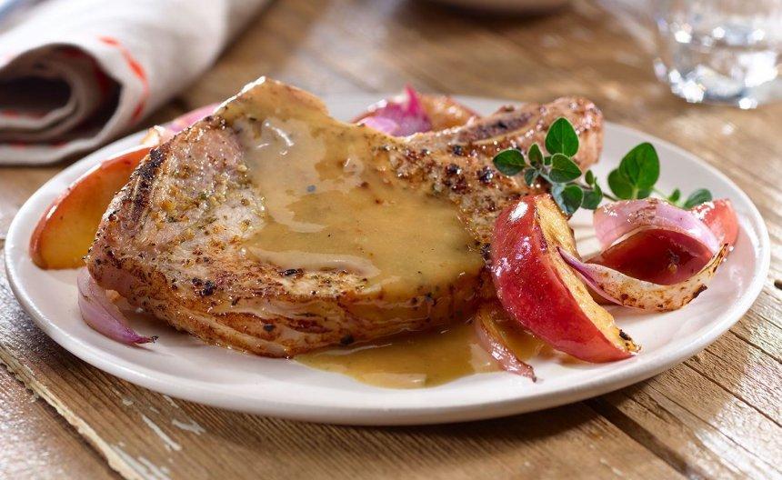 Chuletas de cerdo asadas con manzana y cebolla