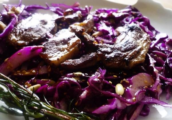Chuletas de cerdo con castañas y lombarda