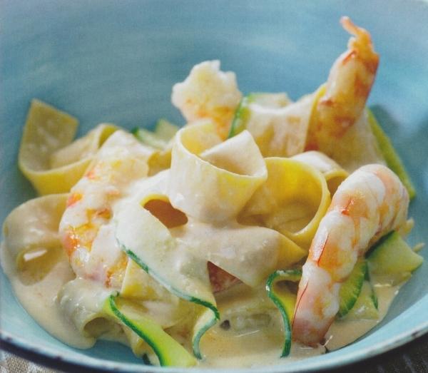 Cintas de pasta y calabacín con langostinos y salsa cremosa