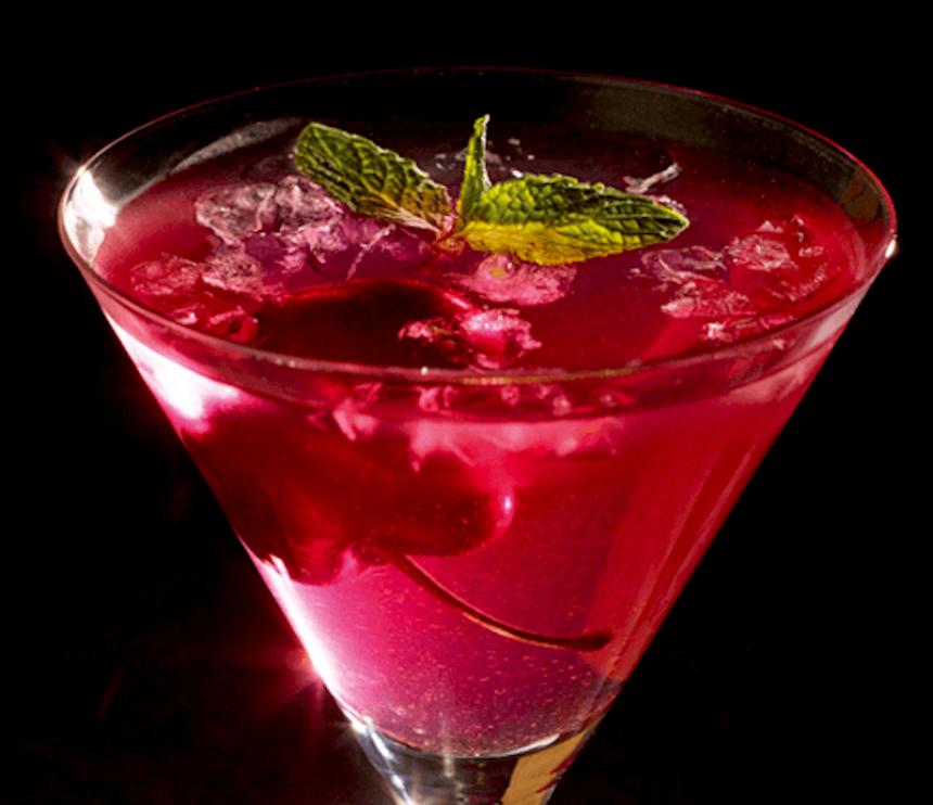 Cóctel de vermut blanco y vodka, con cerezas y menta