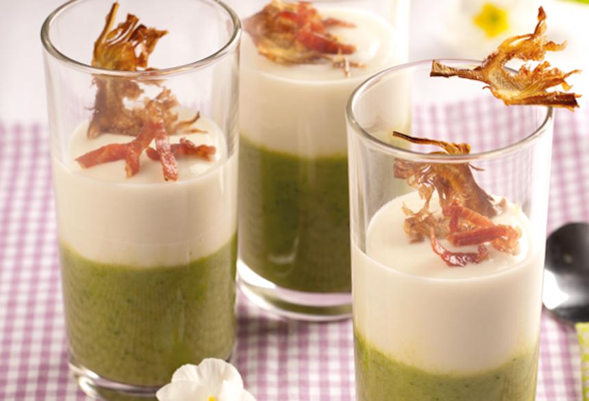 Crema bicolor de espárragos verdes y blancos con crujiente de alcachofas