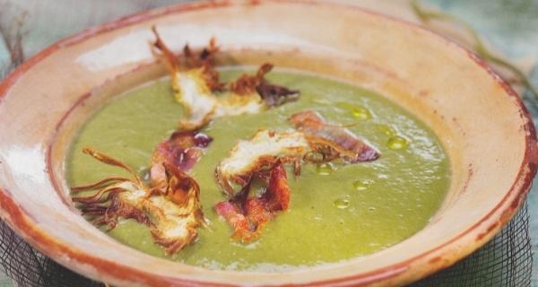 Crema de alcachofas y espinacas con queso aserrado de oveja