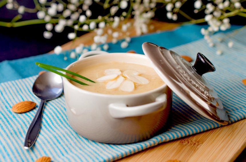 Crema de coliflor en salsa de almendras