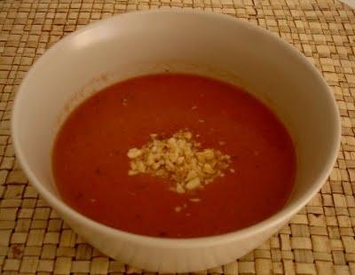 Crema de tomate con almendras