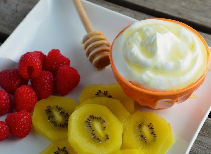 Crema de yogur con kiwi y miel