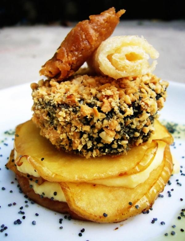Crocanti de morcilla de Serón sobre lasaña de manzana y queso