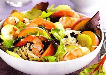 Ensalada de arroz salvaje, melocotón, gambas y pepino