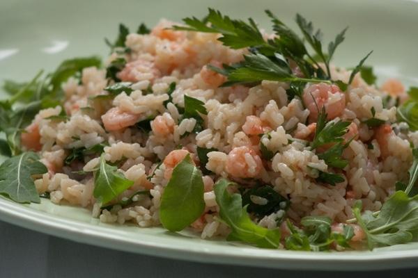 Ensalada de arroz y gambas con salsa de mostaza