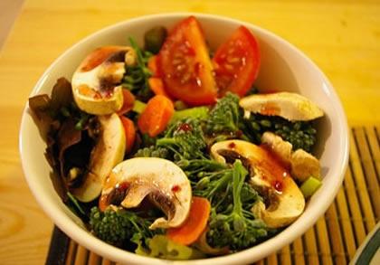 Ensalada de brócoli con champiñones y almendras