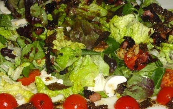 Ensalada de hojas de roble con tomatitos cherry