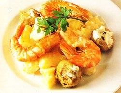 Ensalada de langostinos, alcachofas y patatas