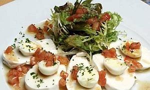 Ensalada de mozzarella con huevos de codorniz y vinagreta de tomate