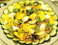 Ensalada de pasta amarilla y verde