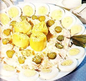 Ensalada de pavo con alcachofas y huevos duros